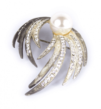 Pearl Mounted Feather Brooch​­ ​| Weddings & Flowercraft