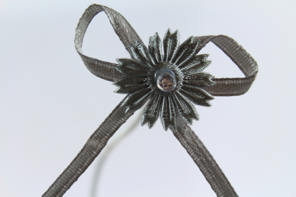 Our stunning silver daisy ribbon bow